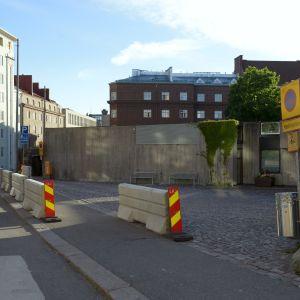 Betongblock framför ingången till Tempelplatsens kyrka.