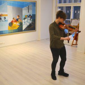 Henrica Westerholm spelar violin på Almska gården i Lovisa