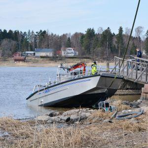 Kapsejsad båt bärgas utanför Svinö i Borgå 20.04.18