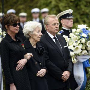Assi Koivisto, Tellervo Koivisto och Heikki Allonen vid gravläggningen på Sandudds begravningsplats den 25 maj 2017.
