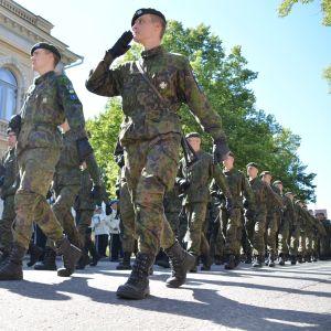 Beväringar på förbimarsch i Borgå 11.08.17