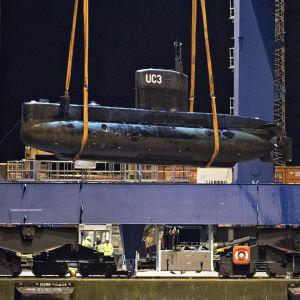 Den privatägda utbåten UC3 Nautilus bärgas.