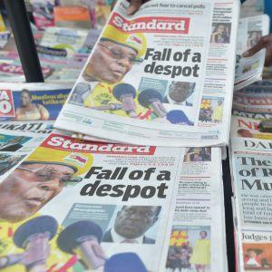 Tidningar skriver om Mugabes fall.