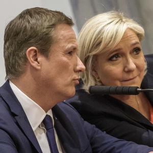 Nicolas Dupont-Aignan och Marine Le Pen under en gemensam presskonferens i Paris på lördagen 29.4.2017
