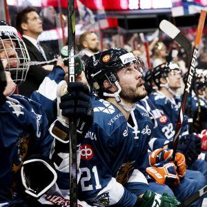Finlands spelare sitter på bänken, EHT 2017.