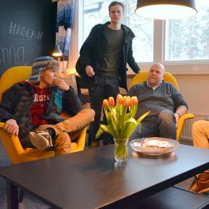 Rektorn för Korsholms gymnasium Joakim Bonns tillsammans med Robin Sandelin, Jonas Pihlaja, Alexander Westergård och Nico Renlund
