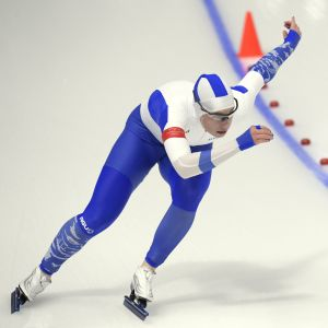 Skridskoåkaren Elina Risku i full fart under tävling.