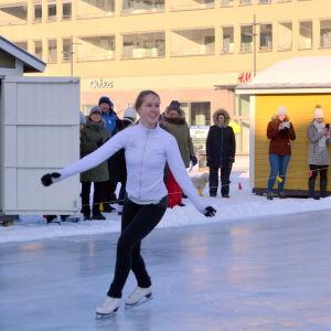 Skridskobanan framför Rådhuset i Jakobstad invigs med skridskoåkning