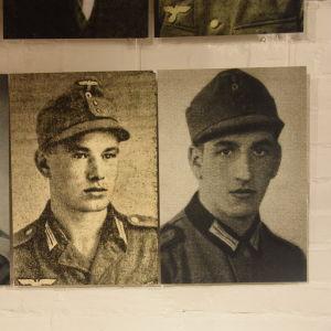 Fotografier av tyska soldater utställda på Hangö museum.