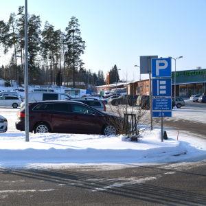 Parkeringplats vid ABC i Gammelby i Lovisa.