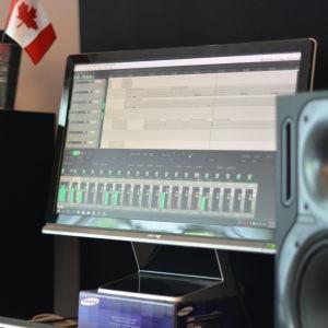 en dator och studiohögtalare