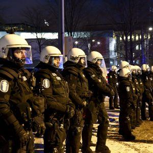 Poliser på rad övervakar Nordiska motståndsrörelsens demonstration.