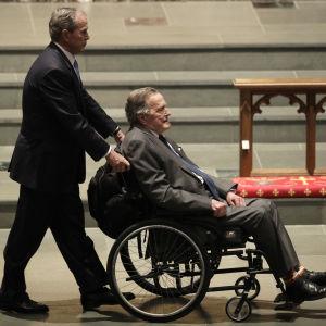 Presidenterna George H.Bush och Geroge H.W. Bush, i rullstol