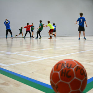 ett pojklag spelar handboll