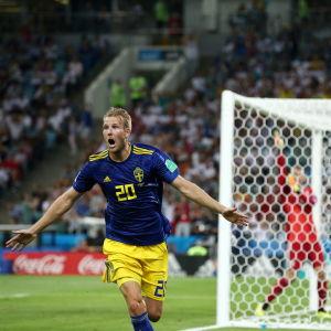Ola Toivonen firar mål mot Tyskland.