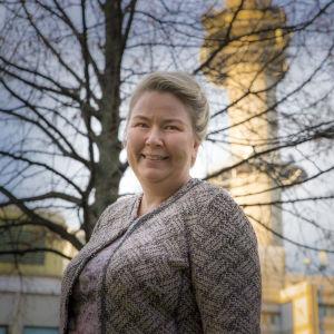 Somepäällikkö  Tuija  Aalto linkkitornin edustalla.
