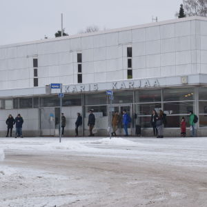 Passagerare får hålla till utomhus då väntrummet är stängt vid Karis busstation.
