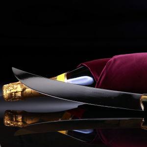 En champagneflaska och sabel.