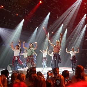 Dansarna i MGP 2017 på scenen.