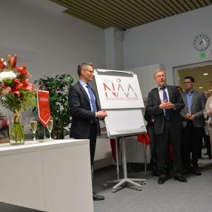 ÅA:s rektor Mikko Hupa och yrkeshögskolan Novias rektor Örjan Andersson vid den nya logon för affärscentret.