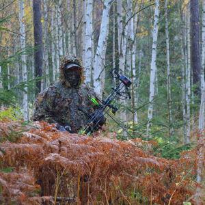 Anton Lindborg jagar i kamouflagedräkt.