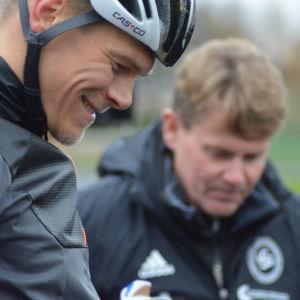 Matias Strandvall med tränare Roland Villför.