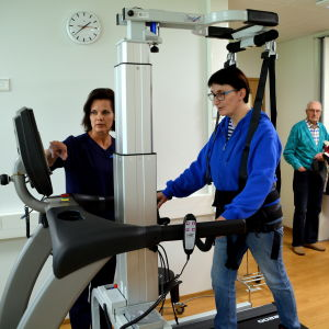 Rehabiliterings utrustning i användning.