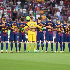 Barcelonas spelare under tyst minut på Camp Nou.