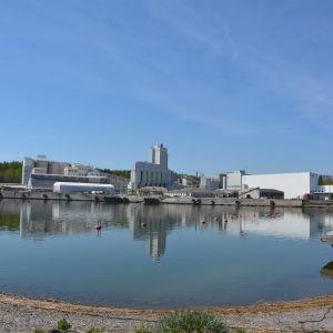 Vy över Nordkalks fabrik och hamn i Pargas.