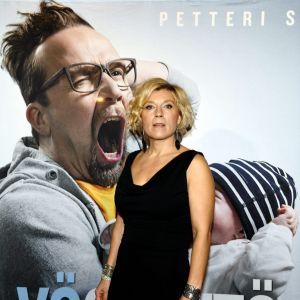 Marja Pyykkö står framför en stor plansch för sin film Yösyöttö.