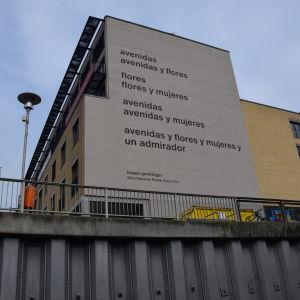 Eugen Gomringers dikt avenidas på fasaden vid Alice Salomon-högskolan i Berlin