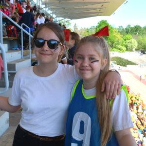 Sofia och Laura från Kungsgårdsskolan i Esbo