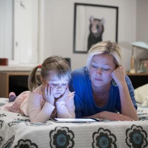Tinka Lindroth ja tytär Kaisla 5v (lapsen sukunimeä ei juttuun) katselevat iPadilta Pikku 2:sta, Munkkivuori, 28.11.2016.