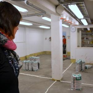 Rektor Annika Snickars tittar in i slöjdsalen.
