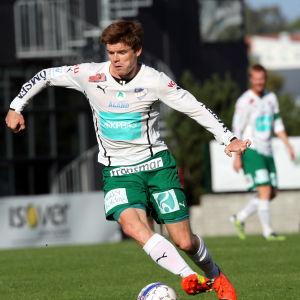 Albin Granlund dribblar med bollen.