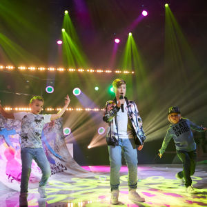 Alvar Svartsjö uppträder i MGP 2017 med sina dansare.