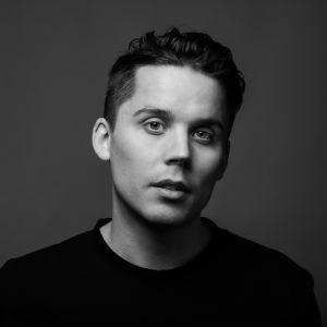 En svartvit bild på en man som har på sig en svart tröja.