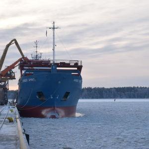 Frakrfartyg vid Ingå hamn.