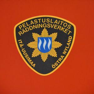 Östra Nylands Räddningsverks logo på brandbilsdörr