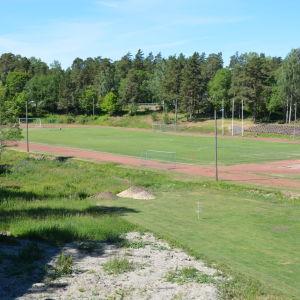 Dalsbruks idrottsplan med gräsmatta och löpbana.