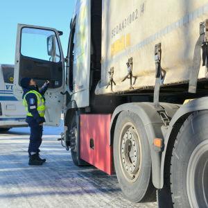 Trafikpolis kontrollerar en lastbild.