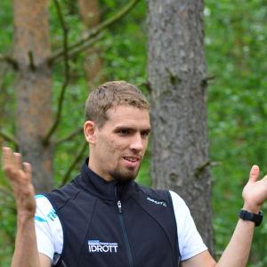 Fredric Portin prarar till juniorer i skogen.