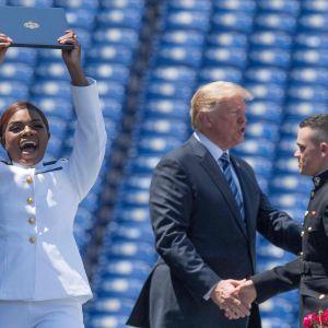 Nydimitterade militärer gratuleras av president Trump.