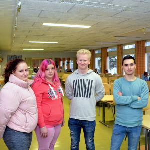 Elever i skolans matsal.