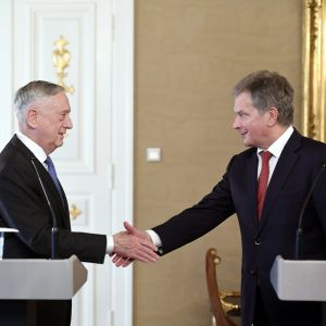 USA:s försvarsminister James Mattis och Finlands president sauli Niinistö sakar hand vid presskonferensen efter sitt möte.