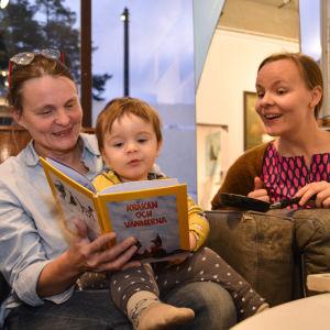 Kristina Elo med barnbarnet Alfred och och dottern Lotta