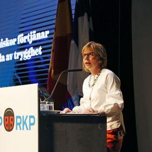 SFP:s ordförande Anna-Maja Henriksson håller linjetal under partidagen i Uleåborg den 27 maj 2018.