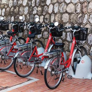 röda elcyklar på rad vid vägg i Monaco