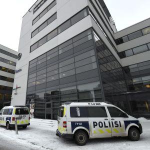 Polisbilar utanför fastigheten i Kägeludden 15.2.2018.