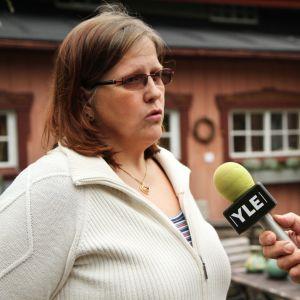Gina Forsström blir intervjuad.